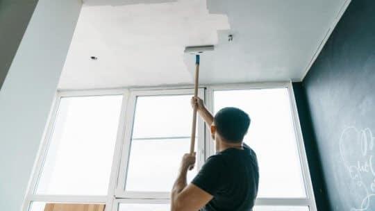 Quel est le prix de travaux de peinture au plafond ?