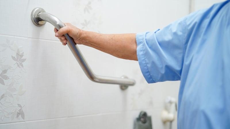 prix amenagement salle de bain personne agee