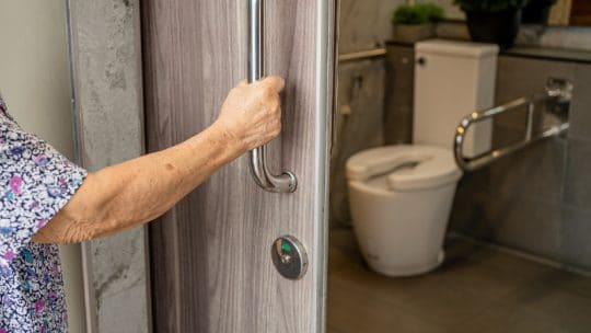 tarif amenagement salle de bain personne agee